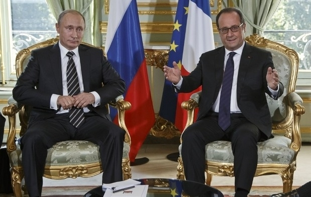 Russian President Vladimir Putin (L) and French President Francois Hollande (R) meet for talks at the Elysee Palace in Paris on October 2, 2015. The leaders of France, Germany, Russia and Ukraine meet in Paris to consolidate a fragile peace in Ukraine, as a conflict that appears to be winding down is overshadowed by President Vladimir Putin's dramatic intervention in Syria's war. AFP PHOTO / POOL / MICHEL EULER / AFP PHOTO / POOL / MICHEL EULER