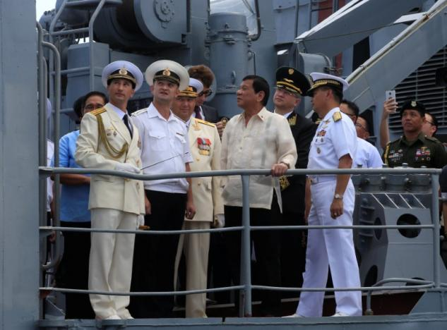 Philippine President Rodrigo Duterte (C) talks to Russian Navy officials during his tour at the Russian Navy vessel Admiral Tributs, a large anti-submarine ship, docked at the south harbour port area in metro Manila, Philippines January 6, 2017. REUTERS/Romeo Ranoco
